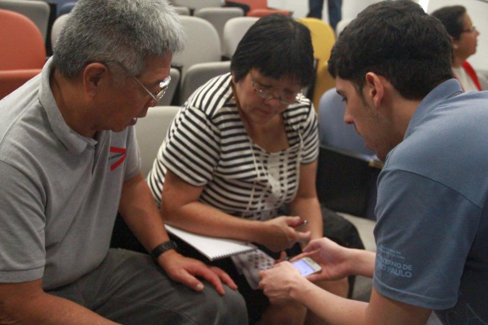Alunos e instrutores na oficina que ensina a mexer em celulares inteligentes. Foto: Equipe BSP