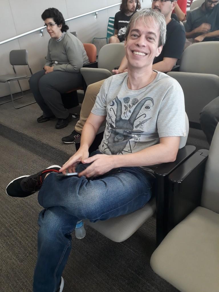 Maurício veio de Salvador (BA) para passar uns dias em São Paulo e não perdeu a oportunidade de conhecer Mutarelli. Foto: Equipe SP Leituras