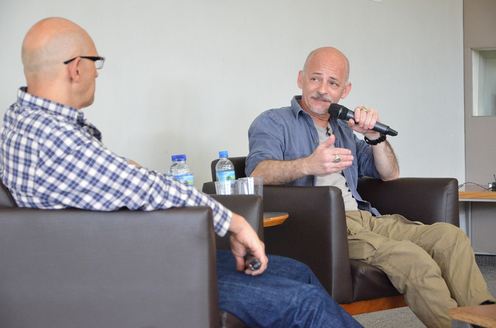 O mediador Alexandre Agabiti Fernandez e o escritor Lourenço Mutarelli. Foto: Equipe SP Leituras