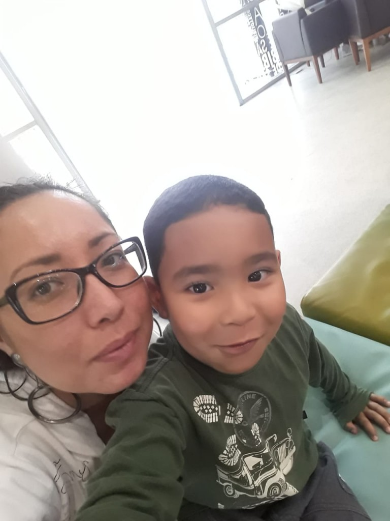 Yori e a mãe. Foto: Equipe SP Leituras.