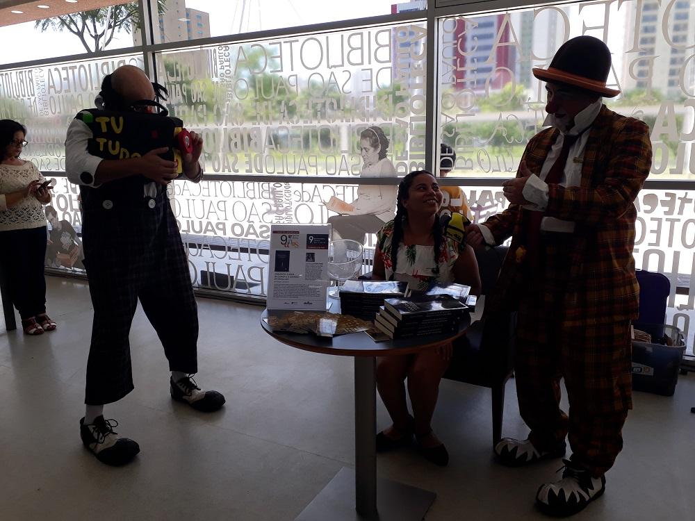 Palhaços Jacinto e Sandoval com a escritora Raquel Cassiano. Foto:  Equipe SP Leituras.