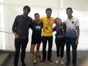 Cristhiano Aguiar e João Varella com participantes da oficina Espalhafatos. Foto: Equipe SP Leituras.