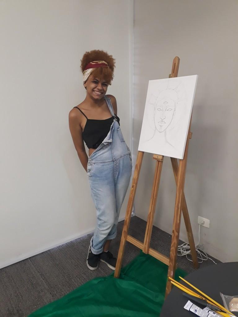 Nathalya produziu uma gravura durante o evento. Foto: Equipe SP Leituras.