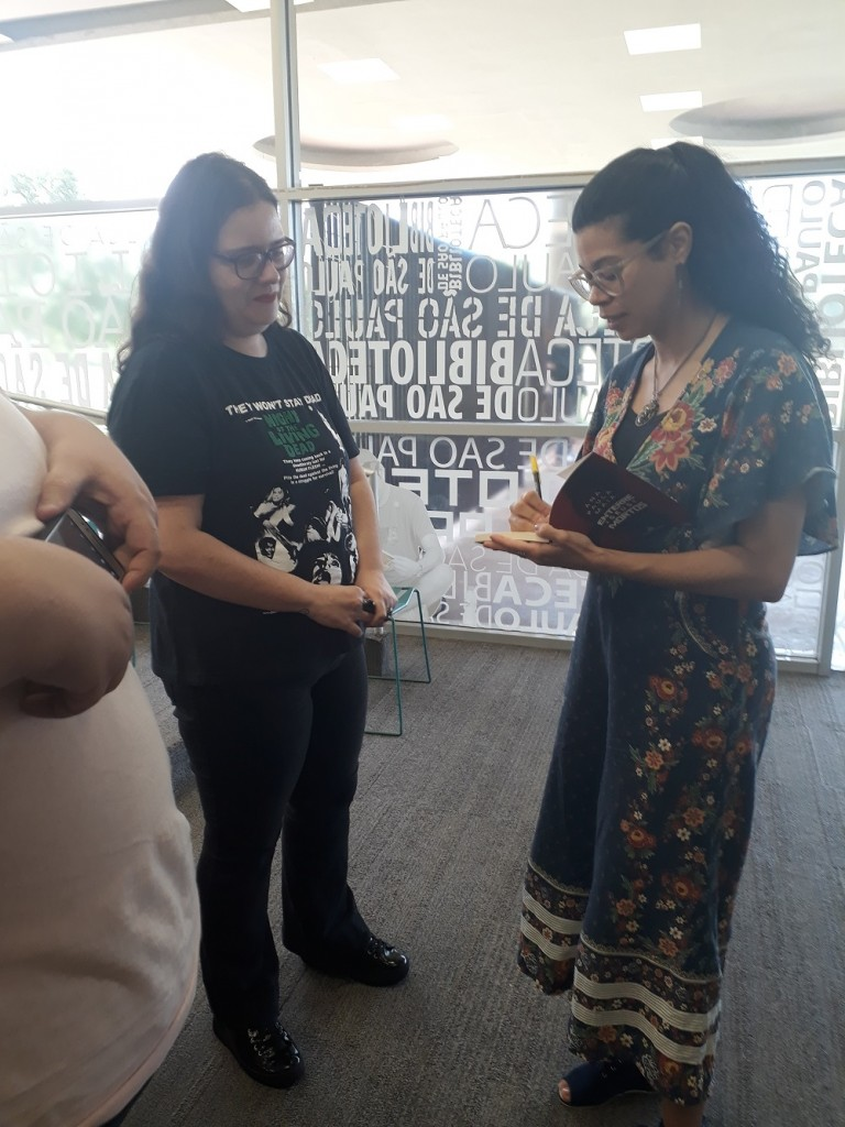 Ana Paula Maia distribuiu autógrafos e conversou com fãs de sua obra. Foto: Equipe SP Leituras.