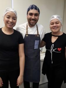 Thaís e Beatriz, com o chef Andy Giacometti. Foto: Equipe SP Leituras.