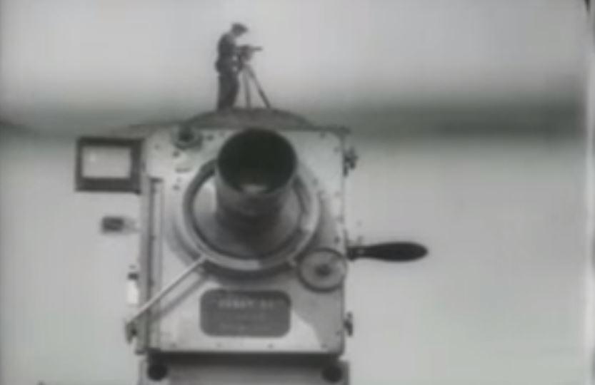 """""""A man with camera""""  / reprodução ; Youtube."""