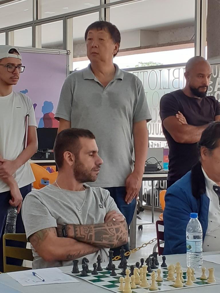 Osvaldo (em pé) e Marco Aurélio (sentado). Foto: Equipe SP Leituras.