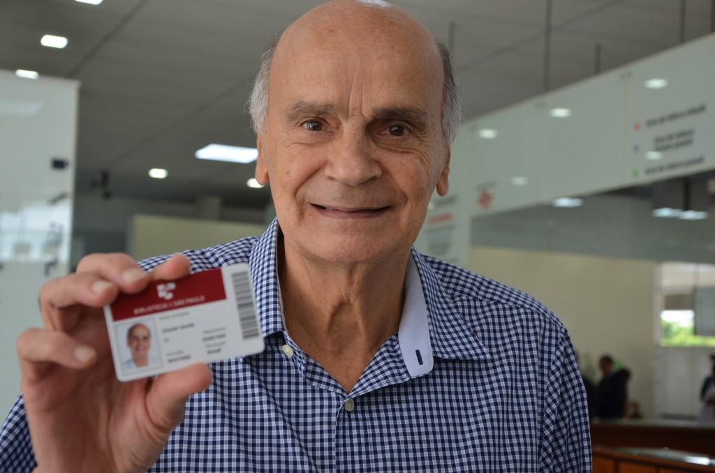 Drauzio Varella recebe sua carteirinha da BSP. Foto: Equipe SP Leituras