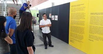 Curador da exposição, Fernando Vilela inicia uma visita guiada após a inauguração, na BSP