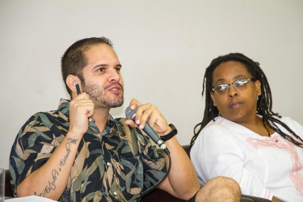 Rodrigo Ciríaco, observado por Cidinha da Silva,  media bate-papo especial na programação de aniversário de 10 anos da BSP. Foto: Paulo Matheus