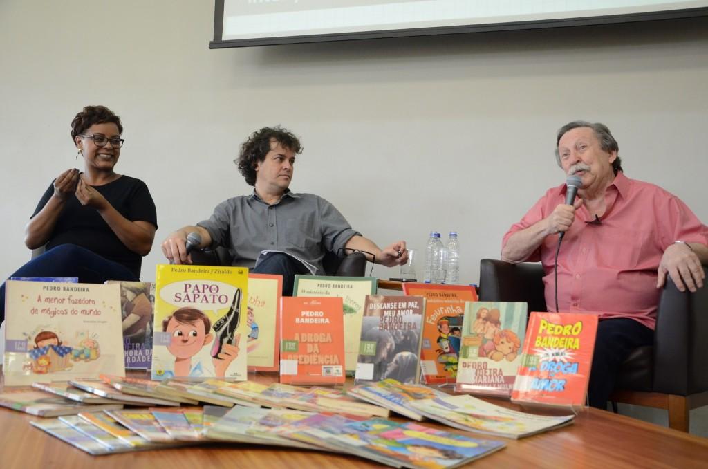A tradutora de Libras Luana Manini Genari de Souza Ramos, o jornalista Manuel da Costa Pinto e o escritor Pedro Bandeira. Foto: Equipe SP Leituras