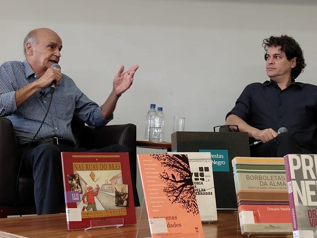 Bate-papo com o doutor Drauzio Varella, ao microfone, sob a mediação do jornalista Manuel da Costa Pinto