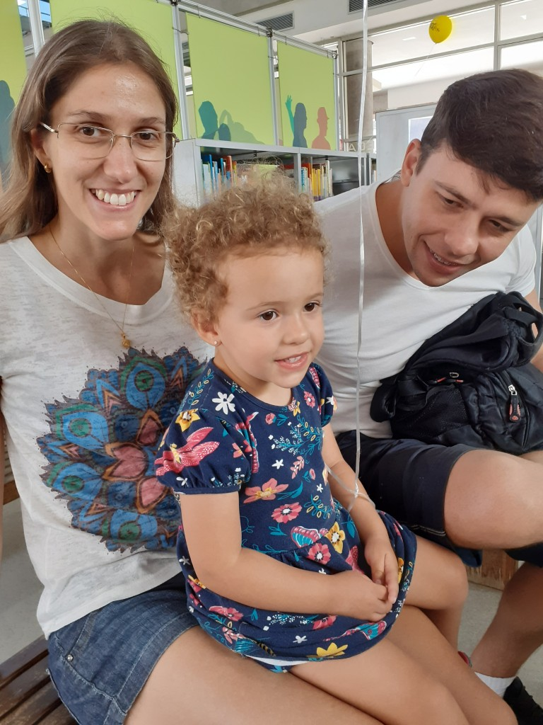 Mateus e Camila com a pequena Maria. Foto: Equipe SP Leituras.