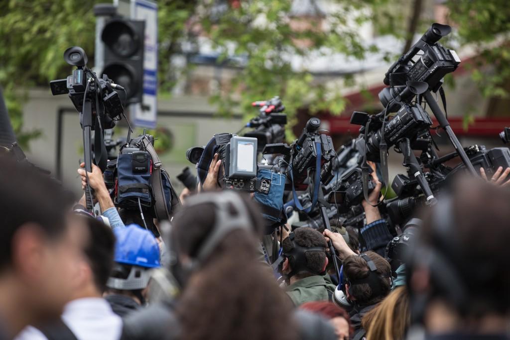 Cena de jornalistas se aglomerando para cobrir um evento. Foto: freestockcenter / Freepik