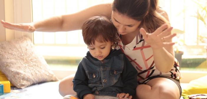 Lê no Ninho traz vídeos de atividades com livros para crianças pequenas