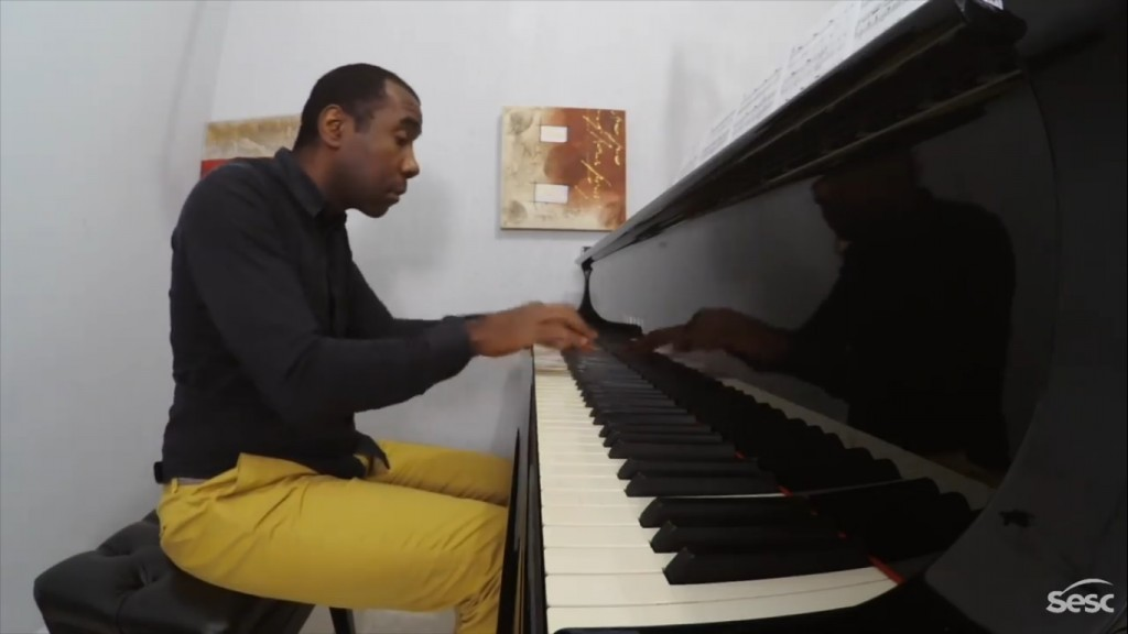 """Hercules Gomes ao piano no recital online """"Presença Negra na Música Erudita"""". Foto: reprodução"""